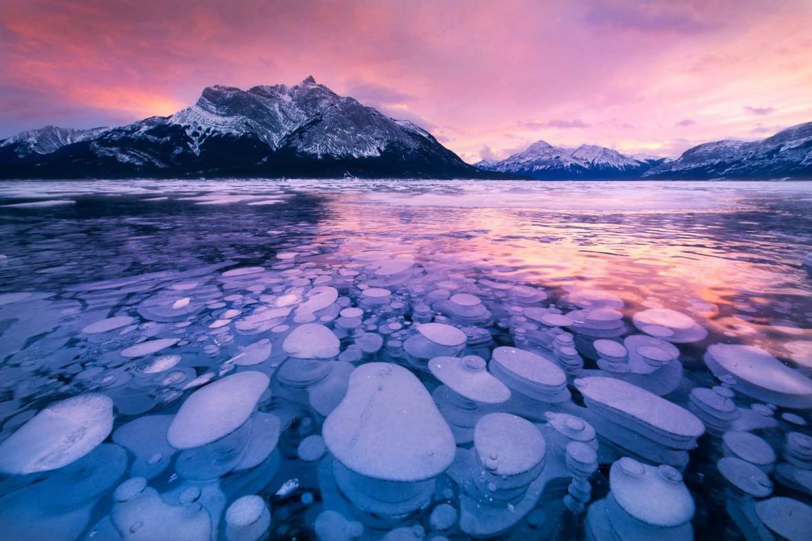 دریاچه یخ زده آبراهام (Abraham Lake) با حبابهای یخ زده!