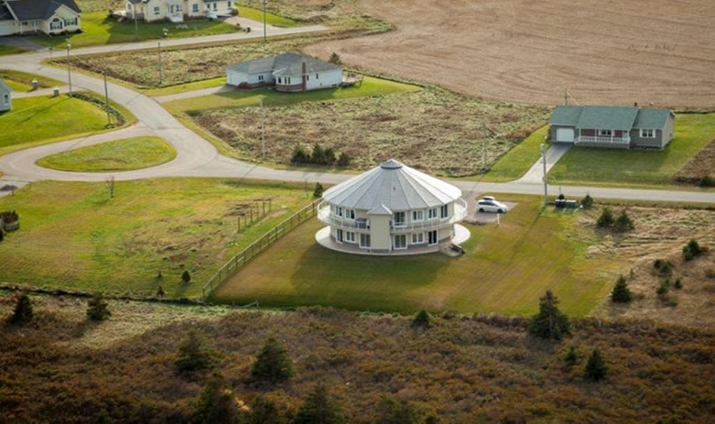 هتل خانه گردان North Rustico کانادا
