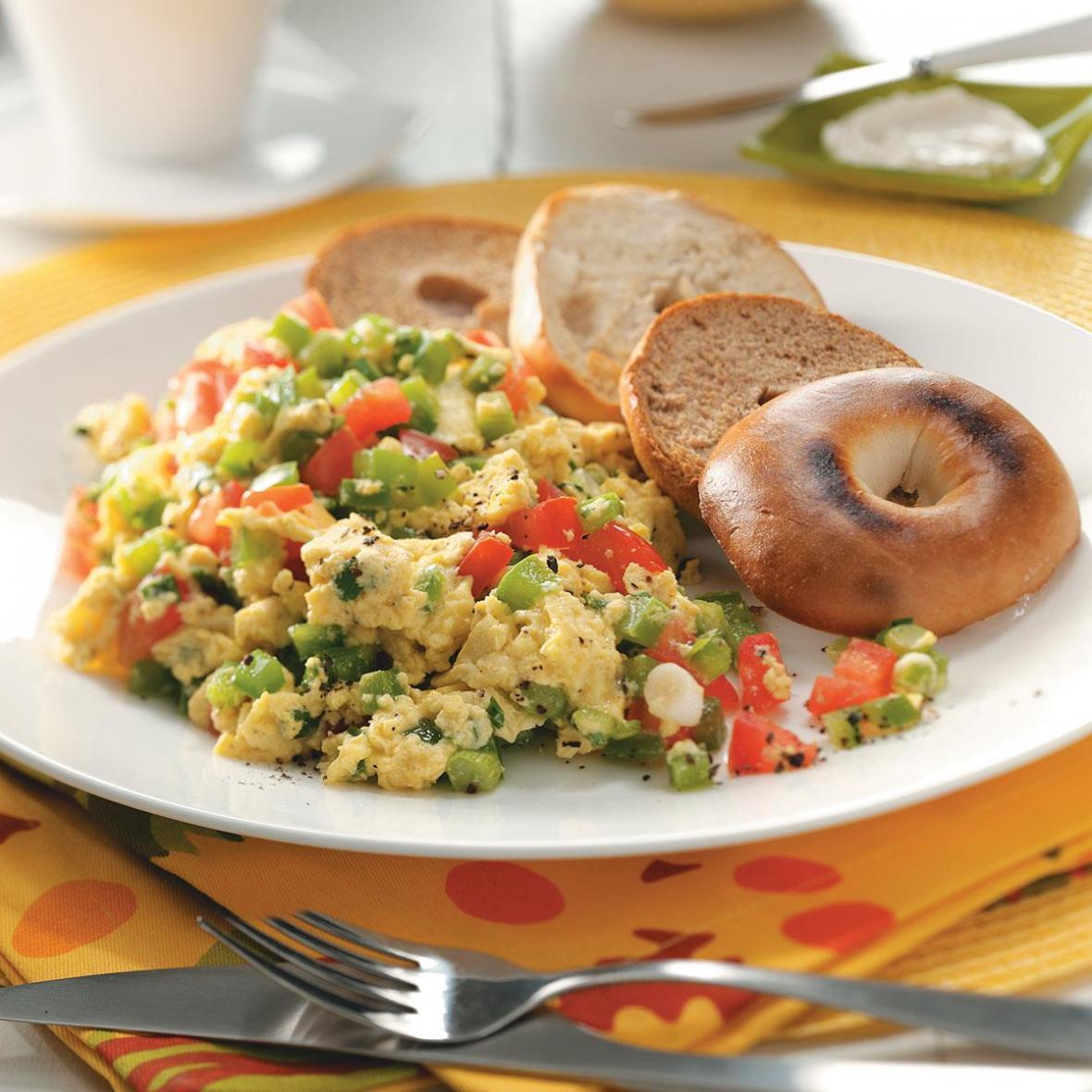 دستور پخت غذای کانادایی: اسکرامبل تخم مرغ و سبزیجات