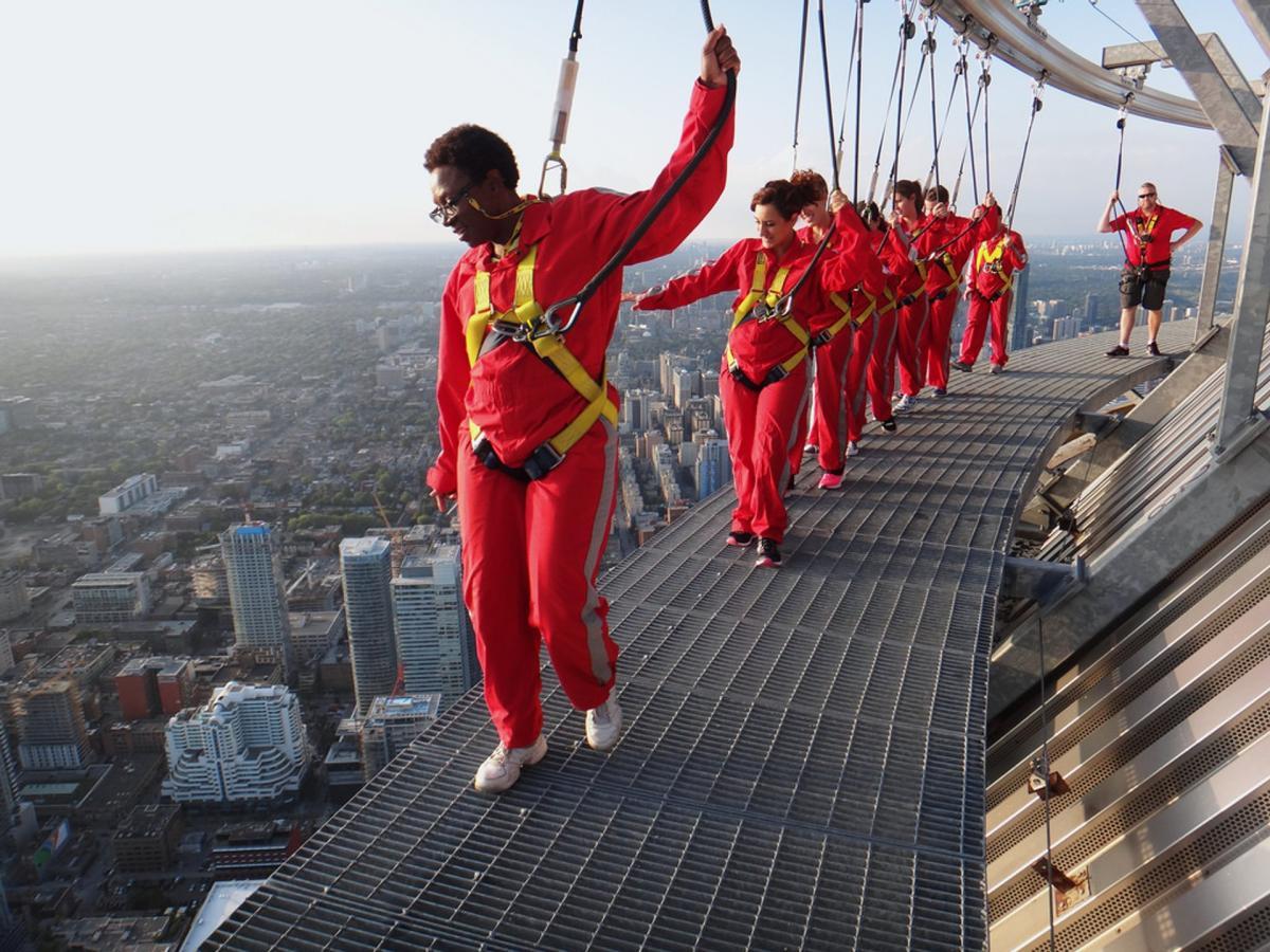 بر بلندای برج CN در آسمان معلق شوید