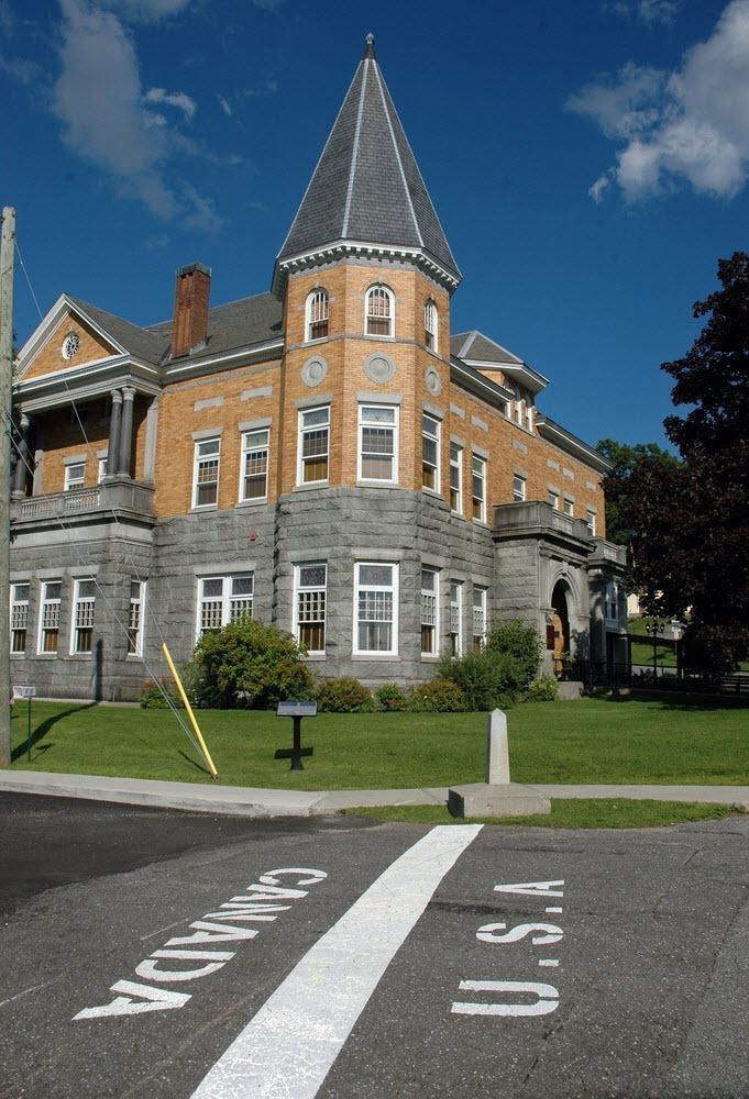 کتابخانه هاسکل (Haskell) در مرز بین آمریکا و کانادا واقع شده است