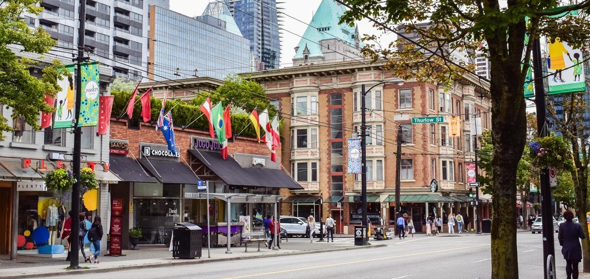 قدم زدن در خیابان رابسون ونکوور (Robson Street)